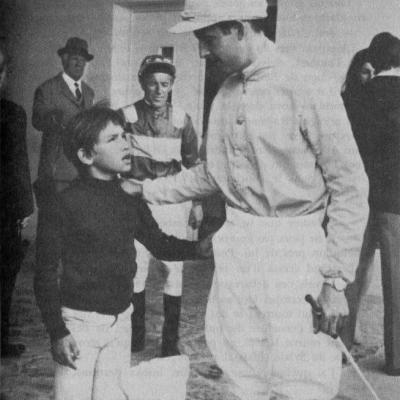 Sébastien encourage Mario, le jockey de Monseigneur avant la course