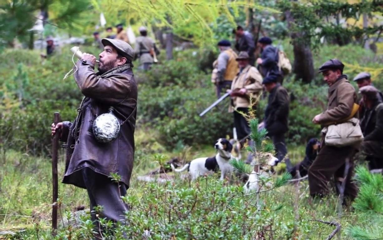 Les chasseurs fouillent et cornent pour attraper la Bête