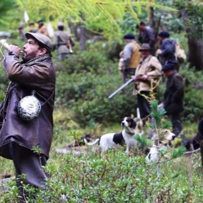 118) Les chasseurs fouillent et cornent pour attraper la Bête