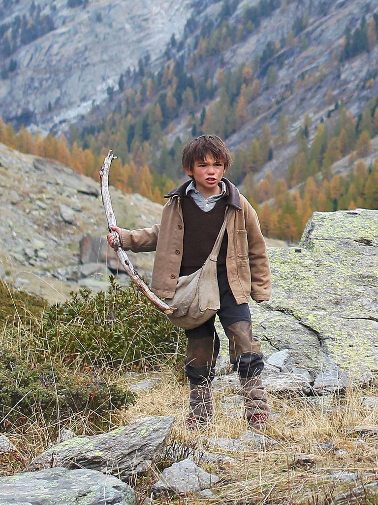 Sébastien brandi un bâton pour faire rempart devant son amie