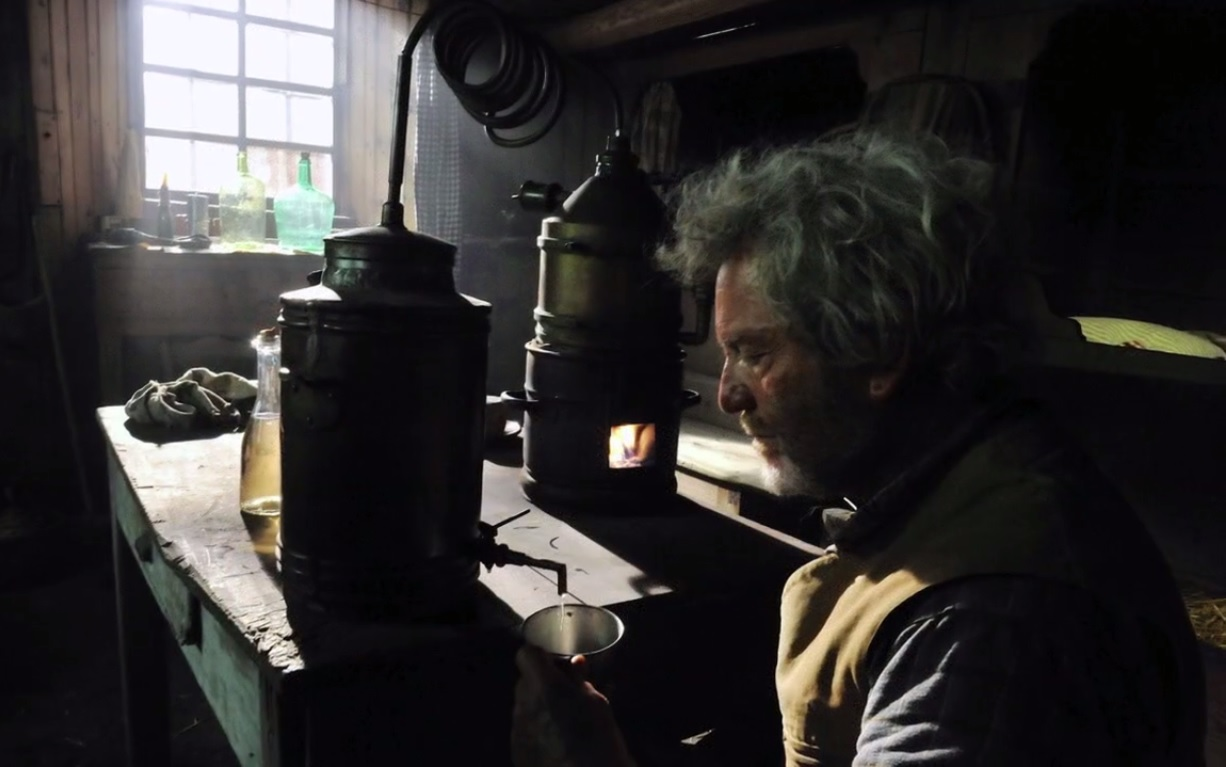 Le vieil homme prépare son génépi en secret dans la bergerie.