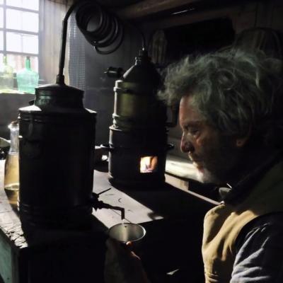 13) Le vieil homme prépare son génépi en secret dans la bergerie.