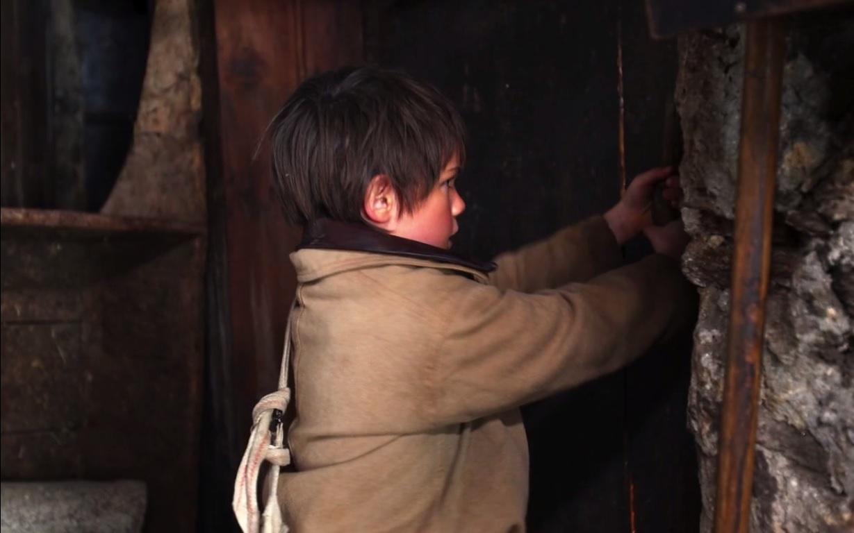 L'enfant tente désespérément de s'enfuir