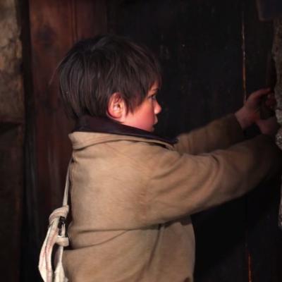 130) L'enfant tente désespérément de s'enfuir