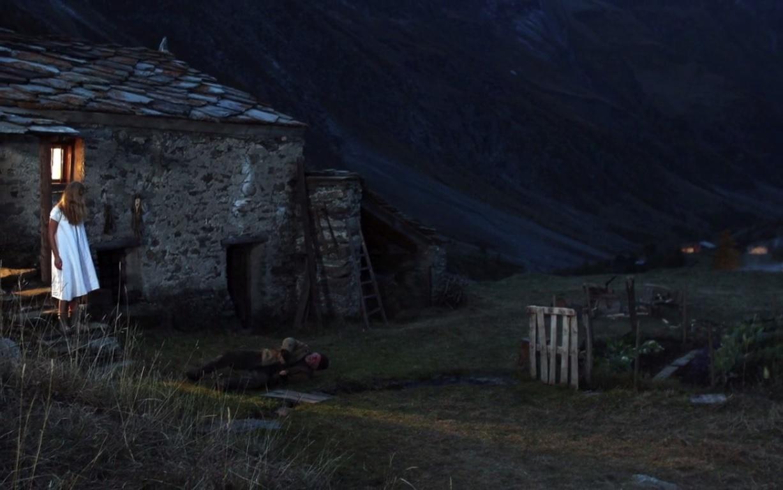 Puis l'enfant s'enfuie dans la montagne