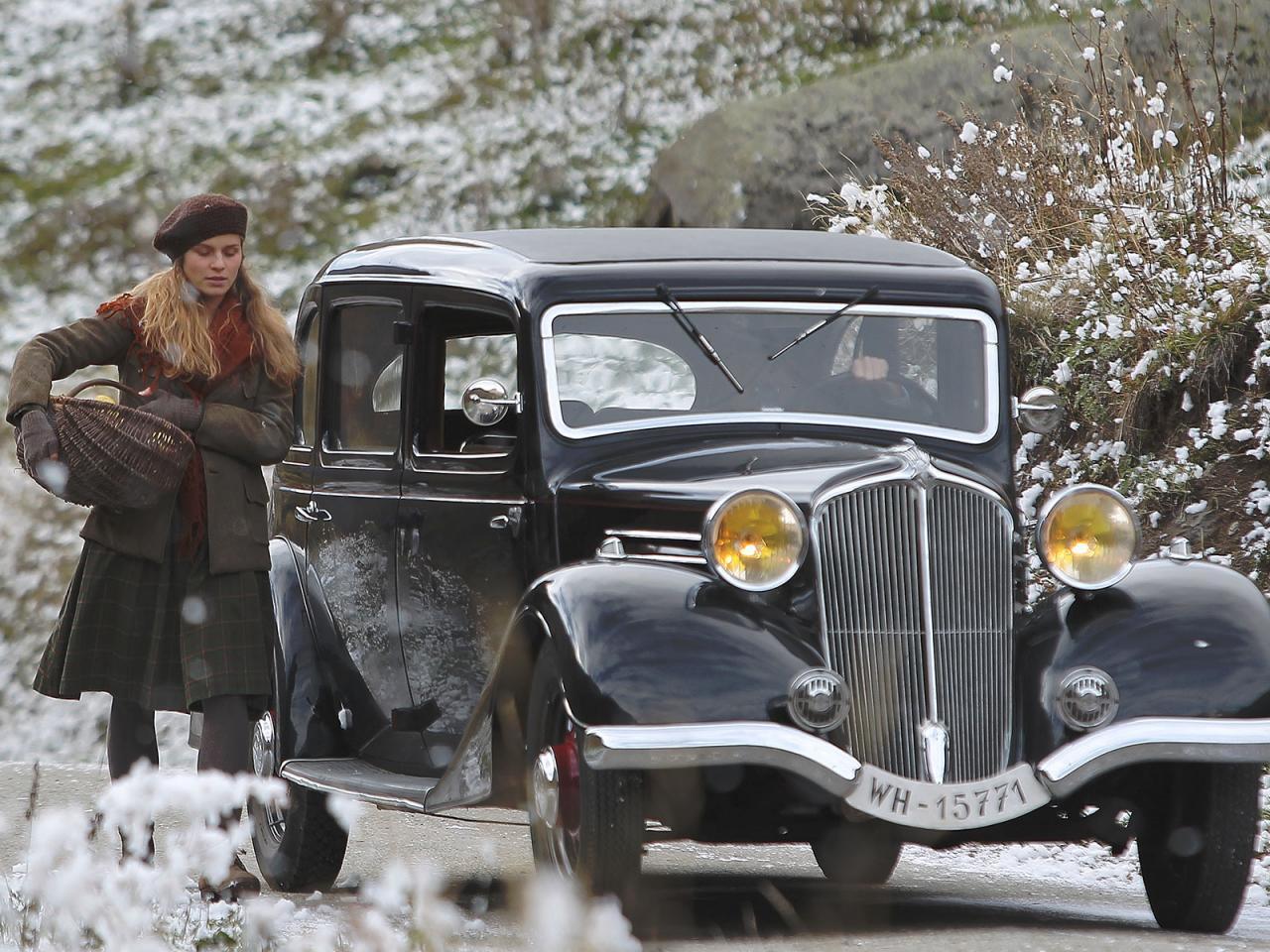 Le voiture du lieutenant arrive près d'elle