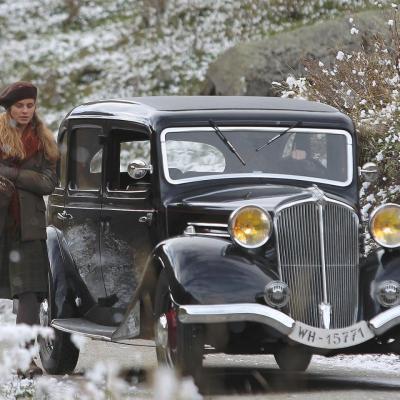 168) Le voiture du lieutenant arrive près d'elle