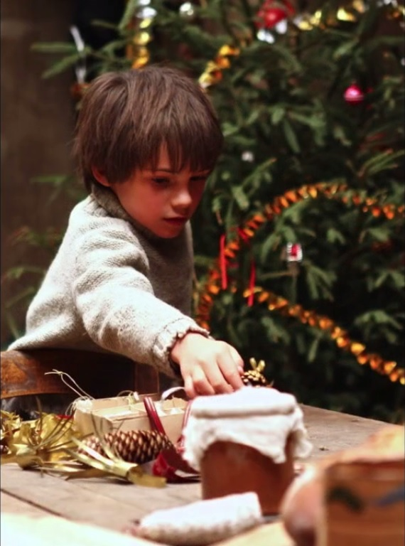 Sébastien aide Angelina à décorer le sapin