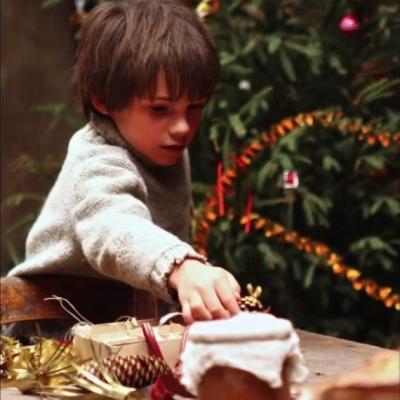 176) Sébastien aide Angelina à décorer le sapin