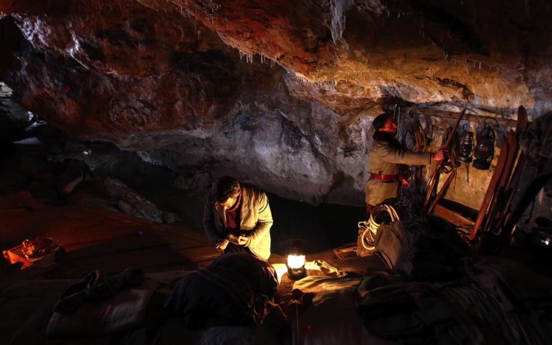 Guillaume installe les réfugiés dans la grotte