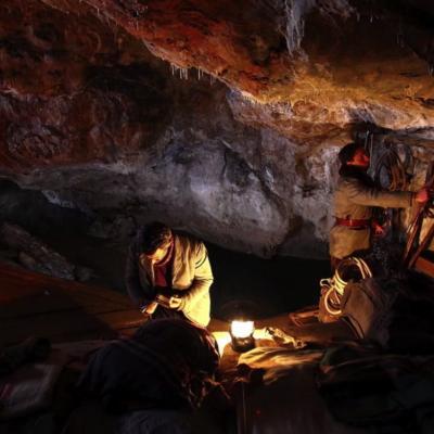 186) Guillaume installe les réfugiés dans la grotte