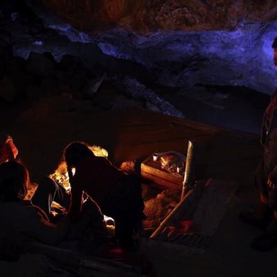 190) Tous se réchauffent près du feu