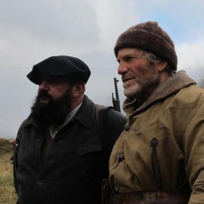 Tchéky Karyo et un figurant
