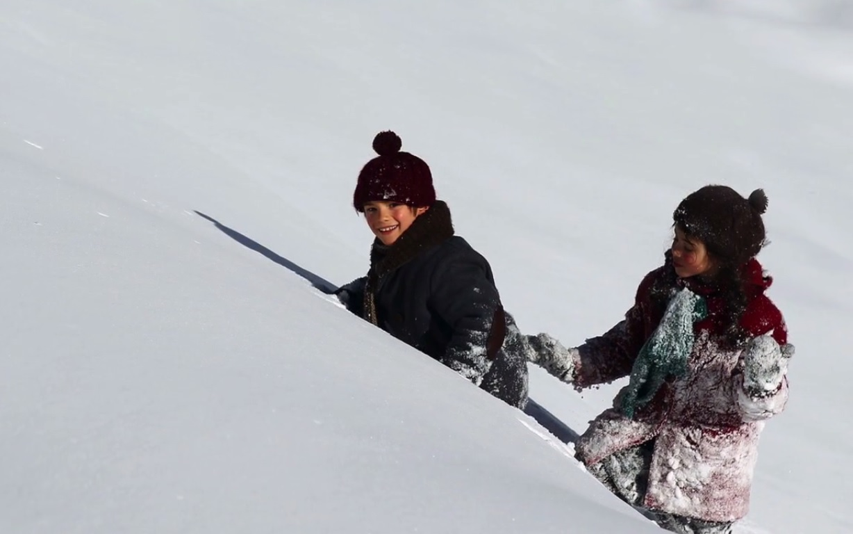 Sébastien montre sa montagne à Esther