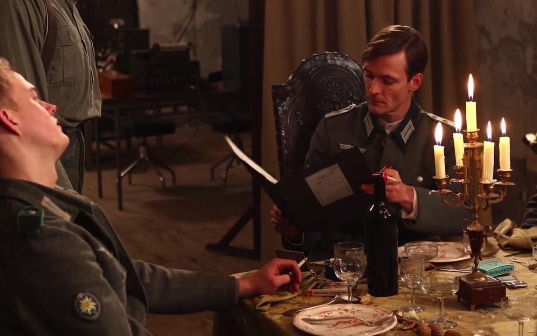 Le Lieutenant Peter lit quelques dossiers