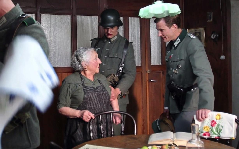 Le lieutenant Peter interroge Célestine sur l'absence du docteur