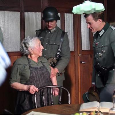 27) Le lieutenant Peter interroge Célestine sur l'absence du docteur