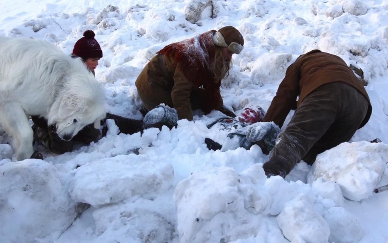César et Angelina dégagent le soldat de la neige