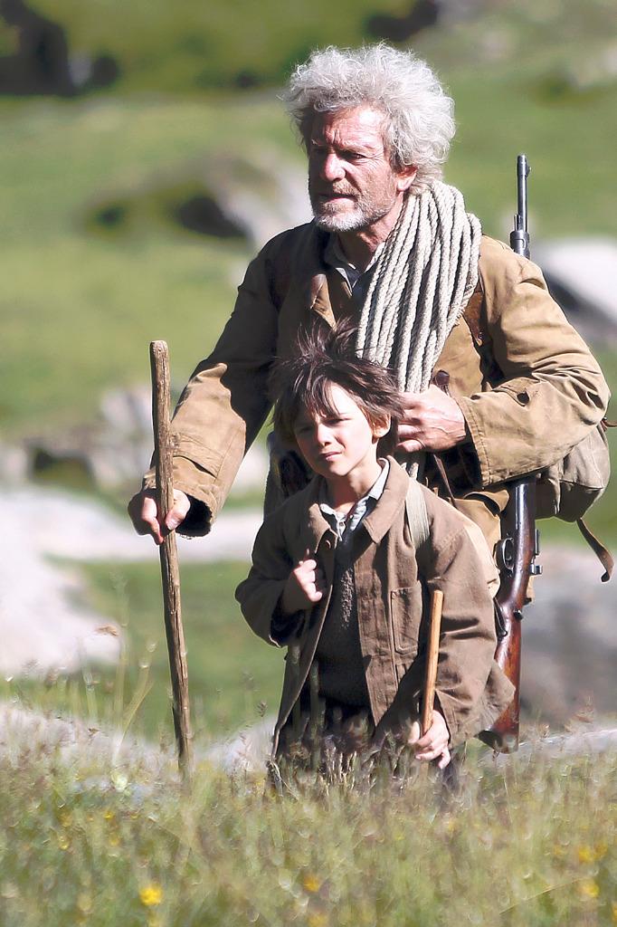 César et Sébastien ramène le petit chamois à la bergerie.