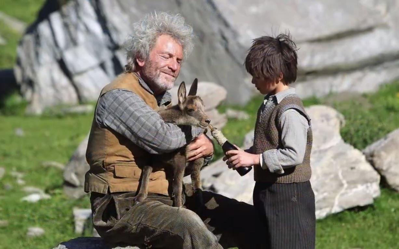 César et Sébastien élève le cabri au biberon.