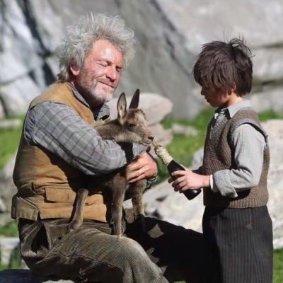 43) César et Sébastien élève le cabri au biberon.