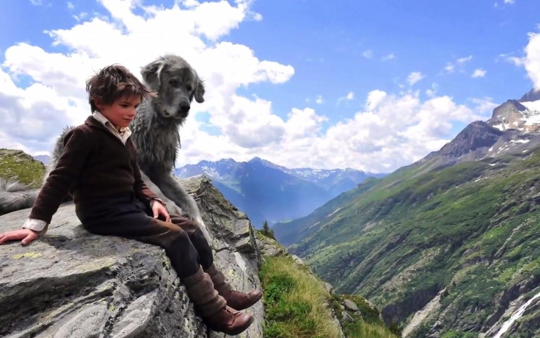 Le jeune garçon se confie au chien qui l'écoute