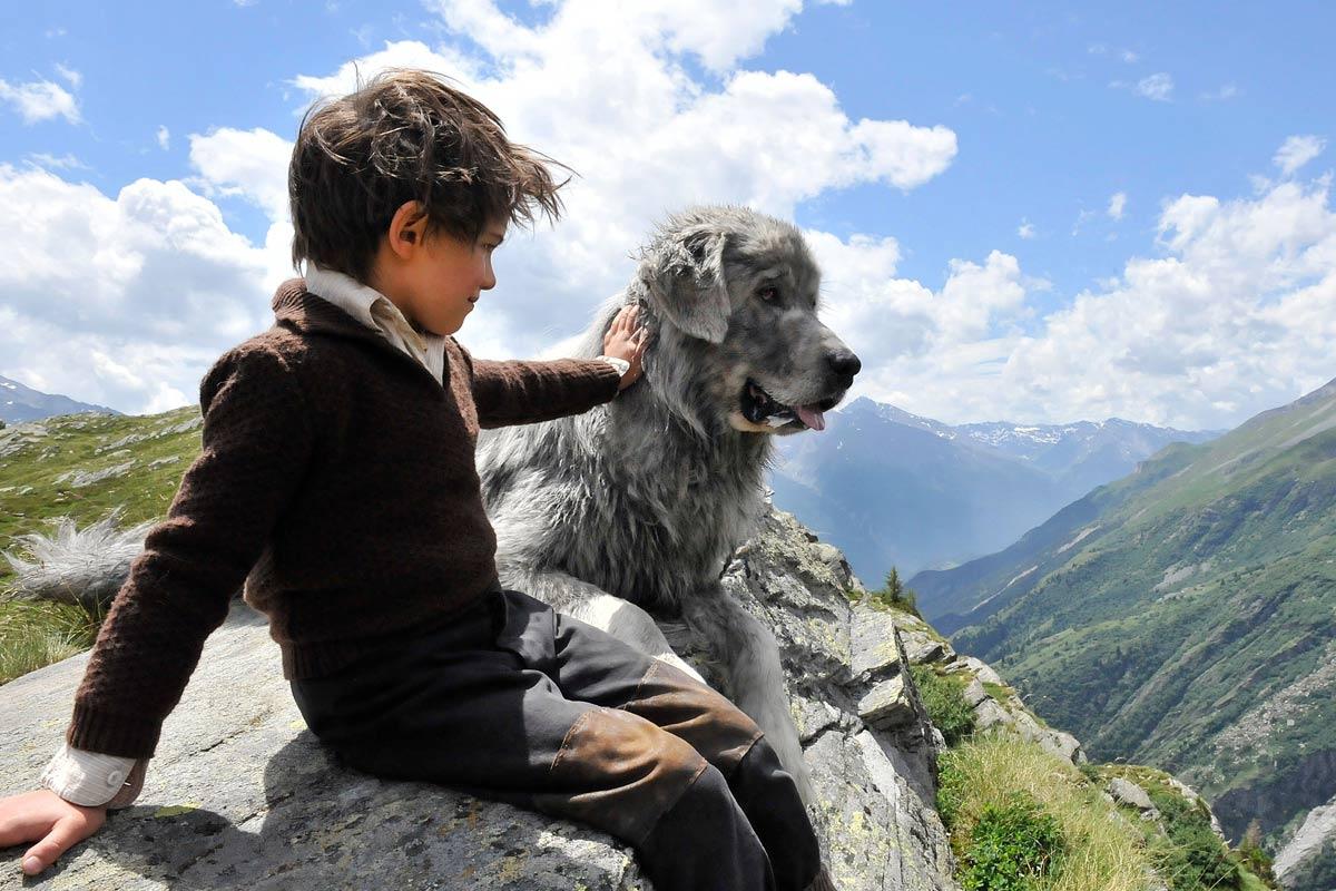 L'enfant est fier d'avoir un nouvel ami aussi fort