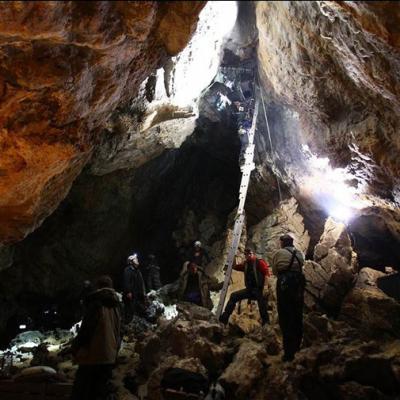 Tournage dans la grotte des 14 chapeaux