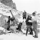 Cécile Aubry et son équipe sur tournage, avec Edmond Beauchamp sur le haut de l'échafaudage le 23 mars 1964. © GettyImages